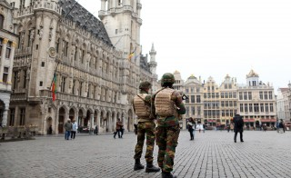 Belgian soldiers patrol in the Grand Place of Brussels following Tuesday's bombings in Brussels , Belgium, March 24, 2016.    REUTERS/Charles Platiau - RTSC2P9