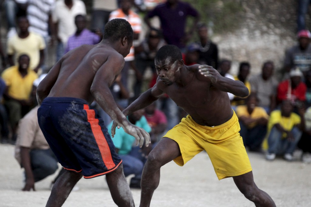 Men fight during a Pinge wrestling competition in Port-au-Prince, Haiti, March 26, 2016. The event is held during Easter in Haiti.  REUTERS/Andres Martinez Casares - RTSCD9K