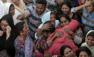 Family members mourn the death of a relative, who was killed in a blast outside a public park on Sunday, during funeral in Lahore, Pakistan, March 28, 2016. REUTERS/Mohsin Raza  - RTSCHTM