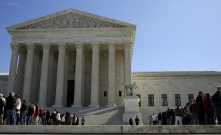 People line up to visit the U.S. Supreme Court in Washington March 29, 2016. The U.S. Supreme Court on Tuesday split 4-4 for the first time in a major case since the death of Justice Antonin Scalia on a conservative legal challenge to a vital source of funds for organized labor, affirming a lower-court ruling that allowed California to force non-union workers to pay fees to public-employee unions.   REUTERS/Gary Cameron - RTSCOTR