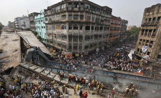 Firefighters and rescue workers search for victims at the site of an under-construction flyover after it collapsed in Kolkata, India, March 31, 2016. REUTERS/Rupak De Chowdhuri - RTSCZSR