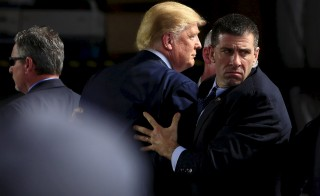U.S. Secret Service agents surround U.S. Republican presidential candidate Donald Trump during a disturbance as he speaks at Dayton International Airport in Dayton, Ohio, March 12, 2016.  REUTERS/Aaron P. Bernstein - RTX28V5K