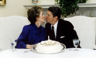 FILE PHOTO MARCH 1985 - President Ronald Reagan and his wife Nancy kiss on their wedding anniversary in the White House March 4 1985. Ronald Reagan, the film star turned politician, swept into office as the 40th U.S. president on a conservative revival that changed America's political and economic landscape for years to come - RTXG1TH