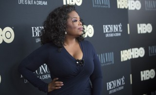 "Television personality Oprah Winfrey attends HBO's New York premiere of the documentary ""Beyonce - Life is But a Dream"" in New York February 12, 2013. REUTERS/Andrew Kelly (UNITED STATES - Tags: ENTERTAINMENT) - RTR3DPNS"