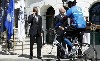 U.S. President Barack Obama (L) returns a salute as he and Vice President Joe Biden cheer on participants in the Wounded Warrior Project's Soldier Ride as they begin a 3-day ride to raise awareness for injured veterans with two laps around the South Lawn at the White House in Washington April 16, 2015.  REUTERS/Jonathan Ernst - RTR4XMN7