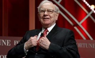 Warren Buffett, chairman and CEO of Berkshire Hathaway, takes his seat to speak at the Fortune's Most Powerful Women's Summit in Washington October 13, 2015.  REUTERS/Kevin Lamarque  - RTS49DA