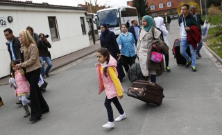 Syrian refugees arrive at the camp for refugees and migrants in Friedland, Germany April 4, 2016. The first group of Syrian refugees arrived in Germany by plane from Turkey under a new deal between the European Union and Ankara to combat human trafficking and bring migration under control, German police said on Monday.   REUTERS/Kai Pfaffenbach - RTSDI20