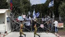 Israeli right-wing protesters demonstrate outside a military court during a hearing of an Israeli soldier whom the military said has been arrested after he shot a wounded and motionless Palestinian assailant in Hebron on March 24, near the southern Israeli city of Kiryat Malachi, in this March 29, 2016 file picture. REUTERS/Amir Cohen/Files  - RTSDU2B