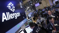 Traders work at the post where Allergan stock is traded on the floor of the New York Stock Exchange (NYSE) April 6, 2016. REUTERS/Brendan McDermid  - RTSDV88