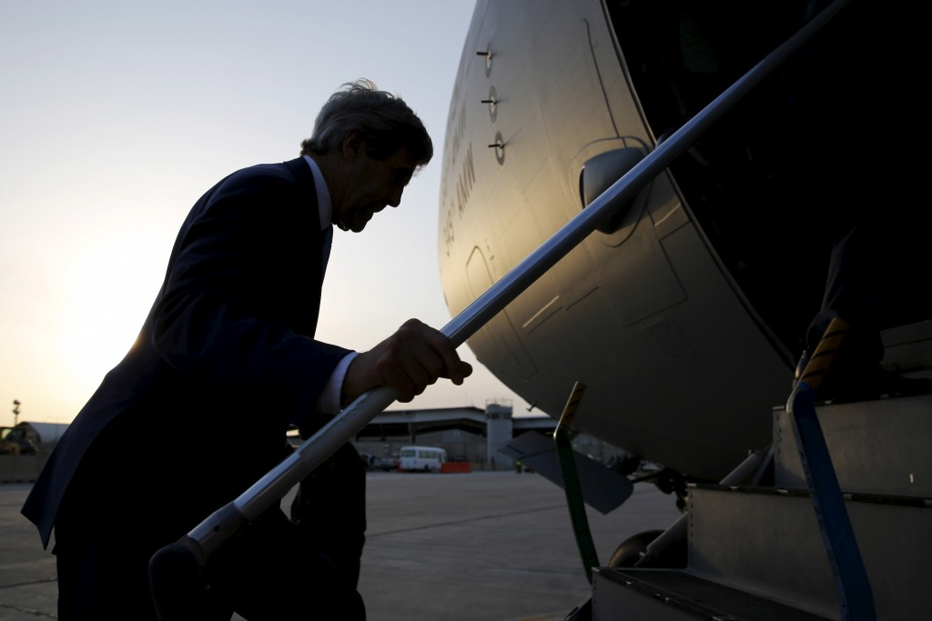 U.S. Secretary of State John Kerry boards his military transport to depart Baghdad International Airport in Baghdad, April 8, 2016. REUTERS/Jonathan Ernst - RTSE71E