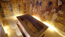 The golden sarcophagus of King Tutankhamun in his burial chamber is seen in the Valley of the Kings, in Luxor, Egypt, November 28, 2015. Chances are high that the tomb of Ancient Egypt's boy-king Tutankhamun has passages to a hidden chamber, which may be the last resting place of Queen Nefertiti, and new evidence from the site will go to Japan for analysis, experts said on Saturday. REUTERS/Mohamed Abd El Ghany - RTX1W82M