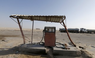 An old fuel pump is seen during early hours in desert near the village of Sila, at the UAE-Saudi border, south of Eastern province of Khobar, Saudi Arabia January 29, 2016. Picture taken January 29, 2016. REUTERS/Hamad I Mohammed - RTX25D6H