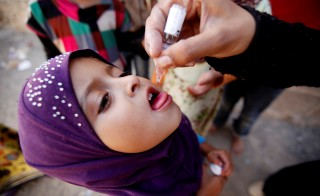A girl receives polio vaccination drops during a house-to-house vaccination campaign in Yemen's capital Sanaa, April 12, 2016. REUTERS/Khaled Abdullah - RTX29LU4