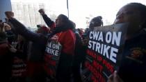Communications Workers of America (CWA) workers striking against Verizon cheer as U.S. Democratic presidential candidate and U.S. Senator Bernie Sanders speaks to them in Brooklyn, New York April 13, 2016.  REUTERS/Brian Snyder - RTX29SS7