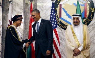 U.S. President Barack Obama shakes hands with Oman's Deputy Prime Minister Sayyid Fahd bin Mahmoud al Said as Saudi Arabia's King Salman stands beside them during the summit of the Gulf Cooperation Council (GCC) in Riyadh, Saudi Arabia, April 21, 2016. REUTERS/Kevin Lamarque - RTX2AYPE