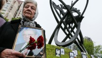 A woman holds a portrait of her relative, a victim of the Chernobyl nuclear disaster, during a ceremony in Kiev, Ukraine, April 26, 2016.  REUTERS/Gleb Garanich     TPX IMAGES OF THE DAY      - RTX2BPD9