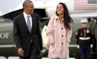 U.S. President Barack Obama and his daughter Malia walk from Marine One to board Air Force One upon their departure from O'Hare Airport in Chicago April 7, 2016.    REUTERS/Kevin Lamarque  - RTSE37T