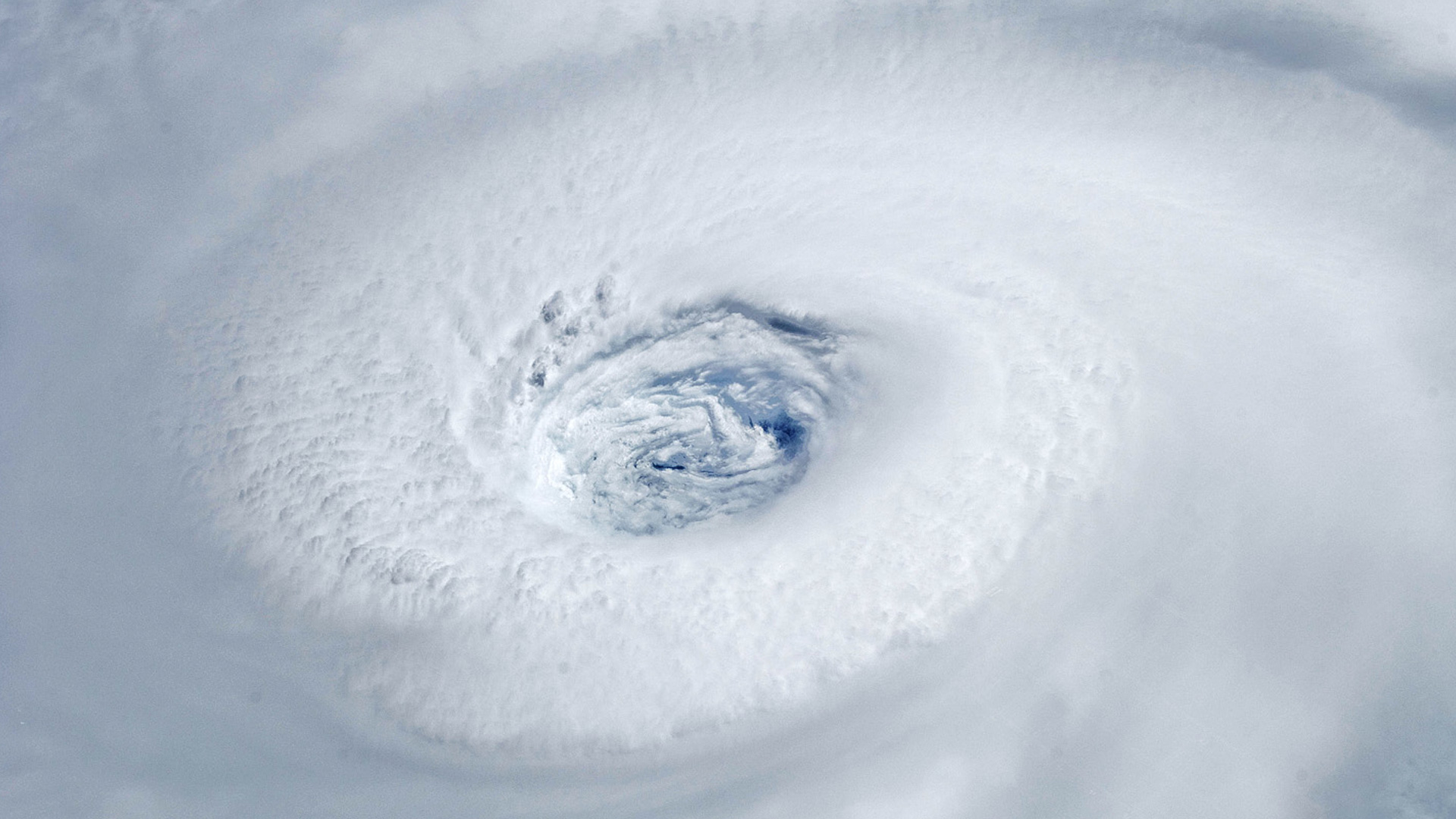 How do ocean currents affect hurricanes?