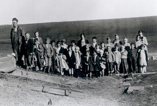 Dale Larson and the schoolchildren standing in a row