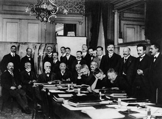 Black-and-white photograph of scientists, including Einstein, Lorentz and Marie Curie, at a 1911 conference.
