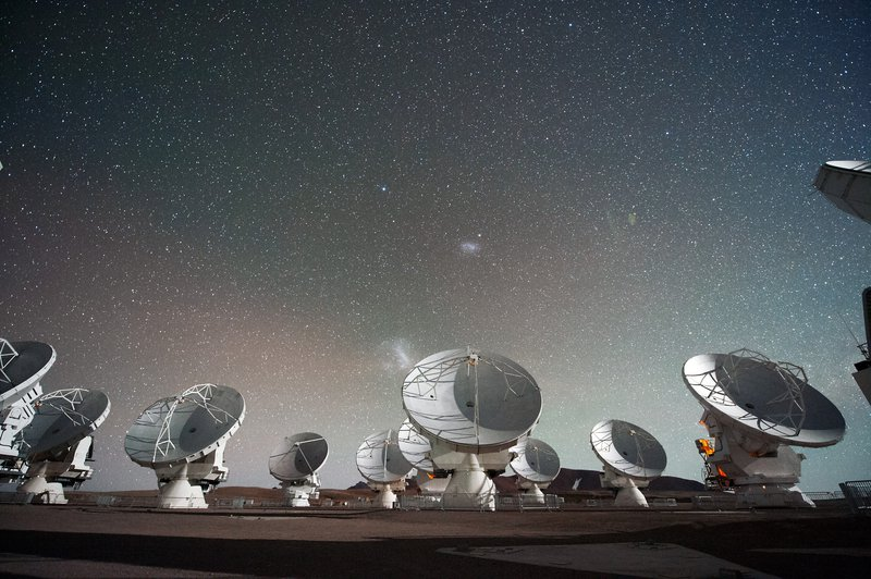 The_Atacama_Large_Millimeter_submillimeter_Array_(ALMA)_by_night_under_the_Magellanic_Clouds.jpg