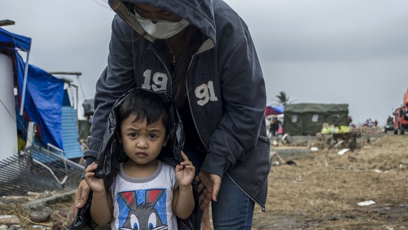 child-and-mother-haiyan