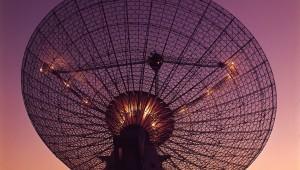 CSIRO_ScienceImage_4350_CSIROs_Parkes_Radio_Telescope_with_moon_in_the_background