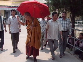dalailama-post02-walking
