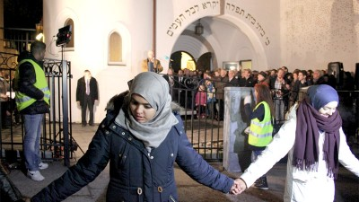 muslims-ring-of-peace-synagogue-oslo-800
